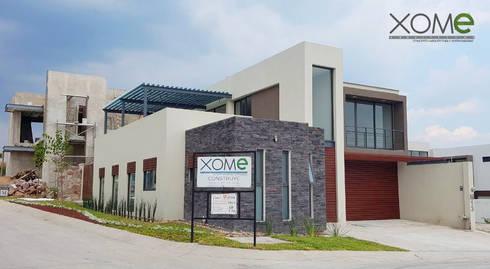 FACHADA PRINCIPAL : Casas de estilo moderno por Xome Arquitectos