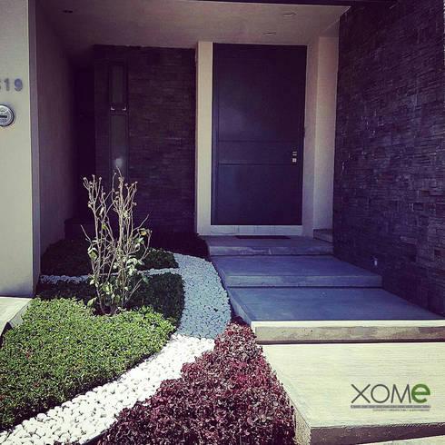 ACCESO PRINCIPAL : Casas de estilo moderno por Xome Arquitectos