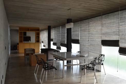 Casa Entre Patios: Comedores de estilo minimalista por XXStudio