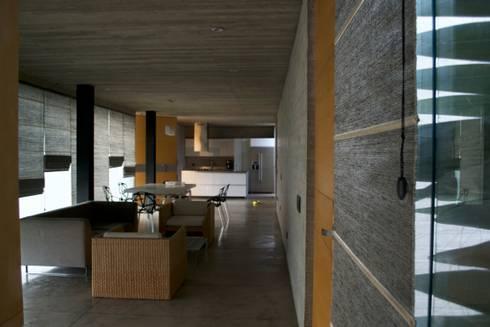 Casa Entre Patios: Estudios y despachos de estilo minimalista por XXStudio