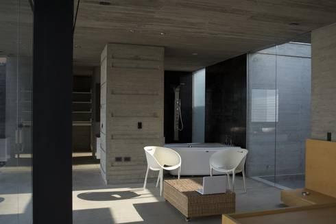 Casa Entre Patios: Baños de estilo minimalista por XXStudio