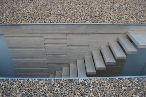 Casa Entre Patios: Escaleras de estilo  por XXStudio