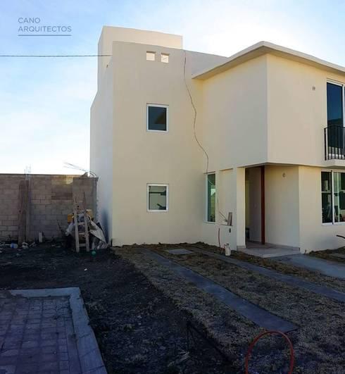 Casa 33: Casas de estilo rústico por CANO ARQUITECTOS