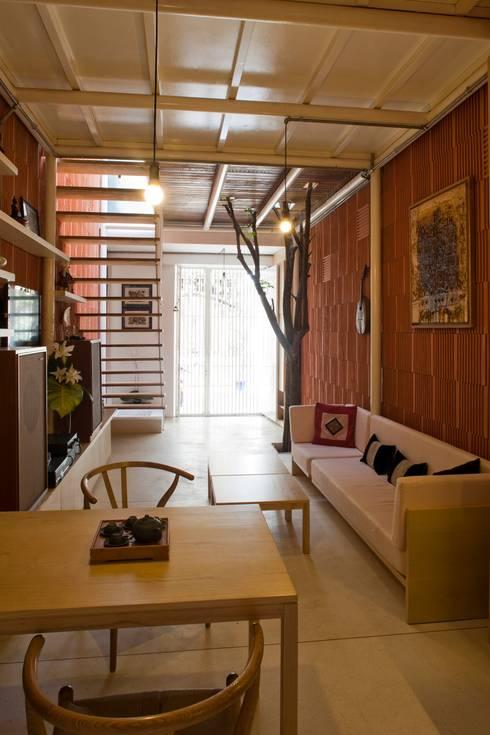 3x9 house:  Phòng khách by a21studĩo