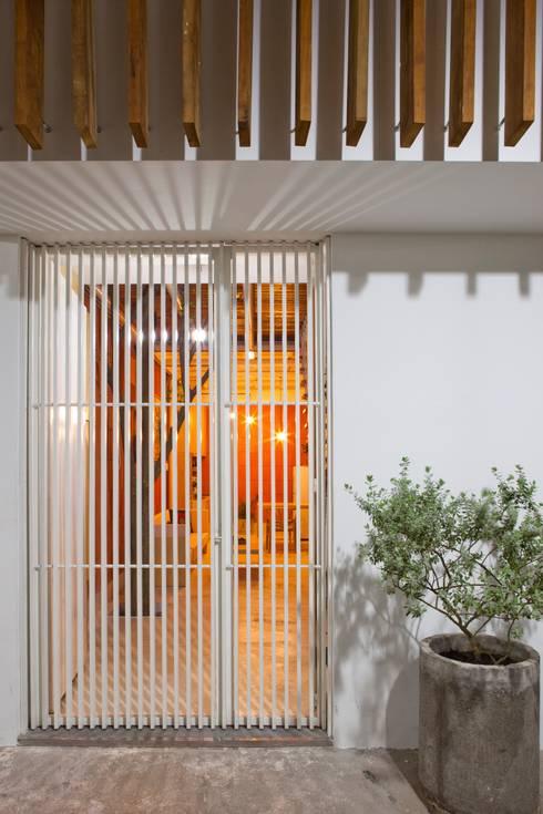 3x9 house:  Tường by a21studĩo