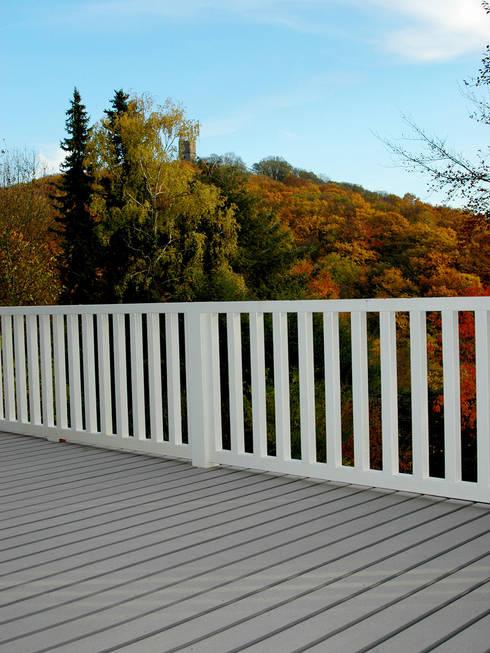 umlaufender balkon und terrasse mit wpc terrassendielen in grau von mydeck gmbh homify. Black Bedroom Furniture Sets. Home Design Ideas