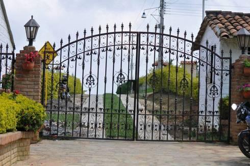 DISEÑO DE PORTÓN (ENTRADA): Casas campestres de estilo  por P A Z A R T E