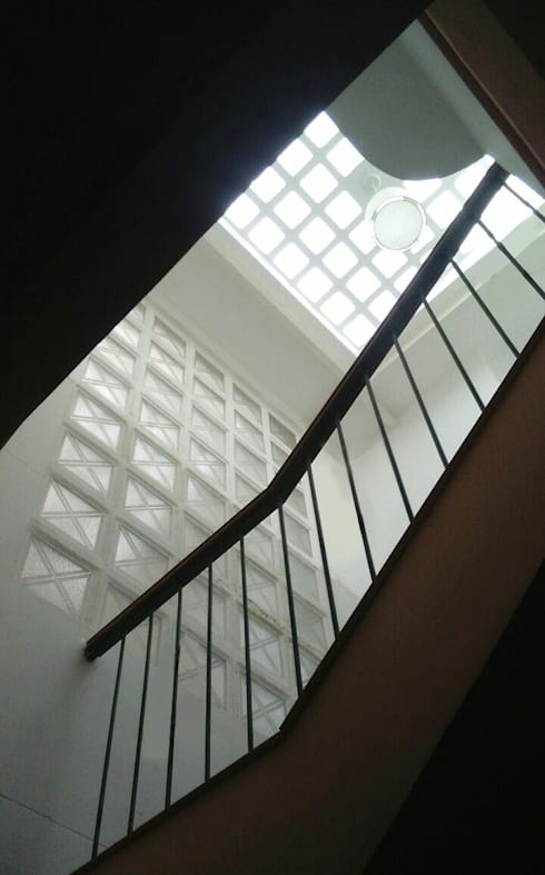 Techo de vidrio sobre escalera de kortesa arquitectura for Cocina separada por un techo de vidrio