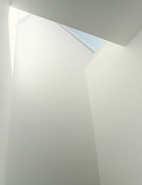Oakwood Village House - Skylight:  Skylights by Solares Architecture