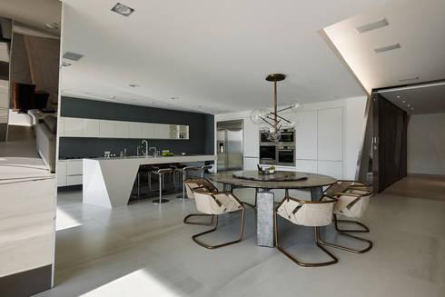 餐廳與廚房:   by Nestho studio