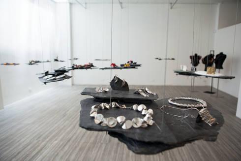 Muestra de Joyería <q> Semiophores</q>: Espacios comerciales de estilo  por Zet // diseño de espacios