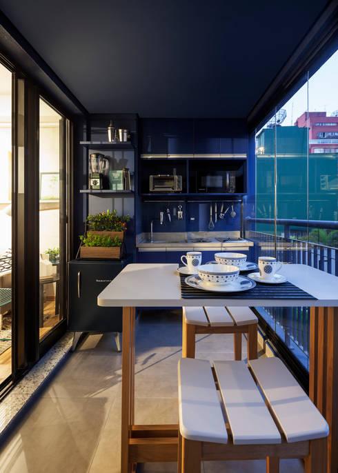Cozinha pequena Azul Moderna e Contemporânea: Cozinhas embutidas  por Decoradoria