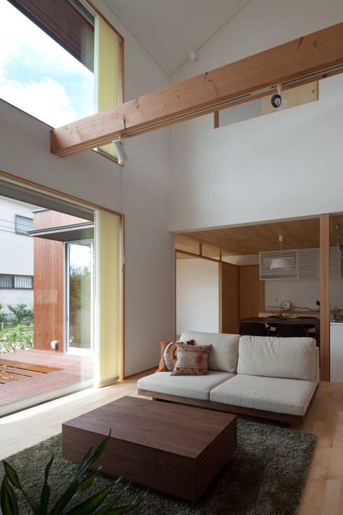 トンネルガレージの家: 株式会社 井川建築設計事務所が手掛けたリビングです。