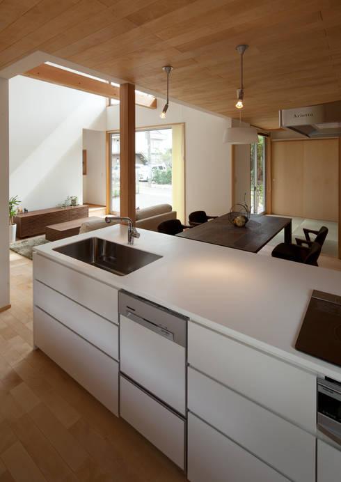 トンネルガレージの家: 株式会社 井川建築設計事務所が手掛けたキッチンです。