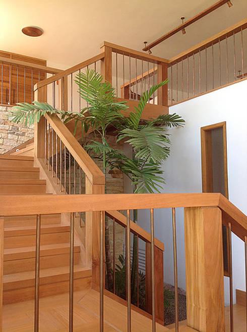 Escaleras de estilo  por Maria Claudia Faro