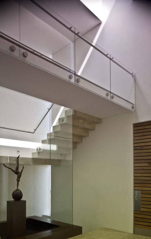 Casa Crater 1: Escaleras de estilo  por Eduardo Gutiérrez Taller de Arquitectura