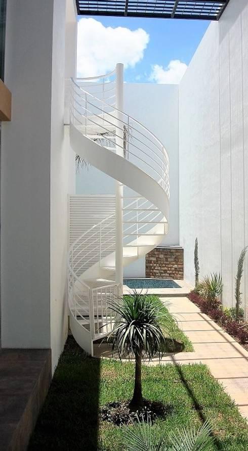 Casa RA: Escaleras de estilo  por Víctor Díaz Arquitectos