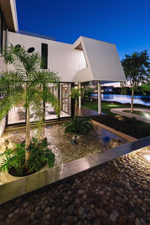 Casa del Árbol: Casas de estilo  por Ancona + Ancona Arquitectos