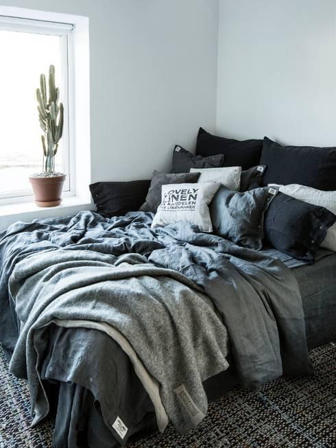 Misty Bettwäsche Meadow von Lovely Linen:  Schlafzimmer von Petit Pont