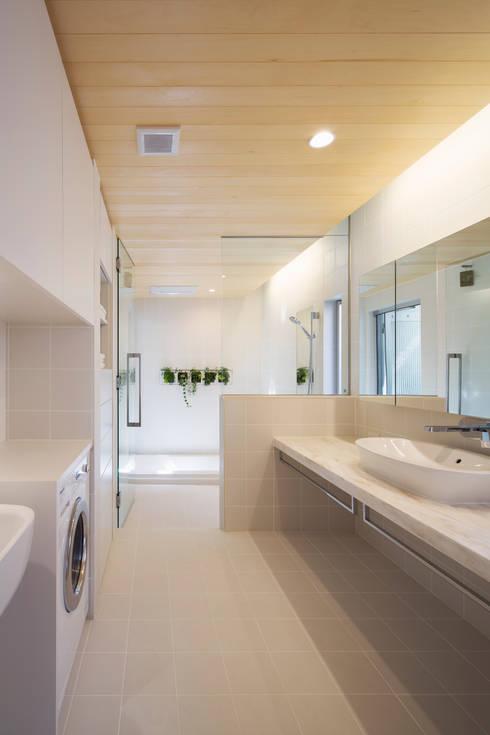 松原の家: 吉川弥志設計工房が手掛けた浴室です。