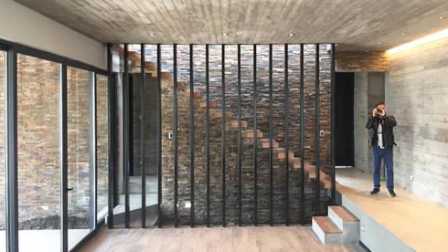 Casa DLP: Livings de estilo moderno por 2712 / asociados