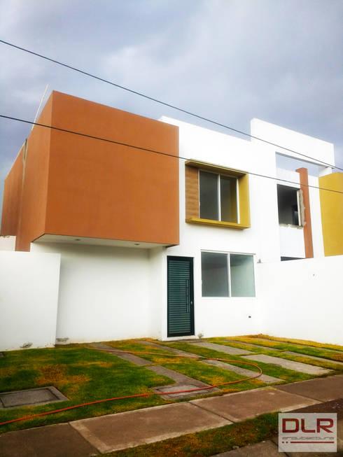 FACHADA PRINCIPAL DE CASA HABITACIÓN: Casas unifamiliares de estilo  por DLR ARQUITECTURA/ DLR DISEÑO EN MADERA