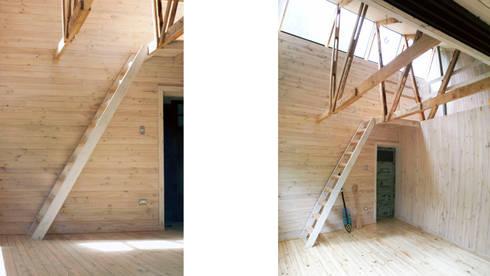 Cabaña de las Chimeneas de Luz: Escaleras de estilo  por 2712 / asociados