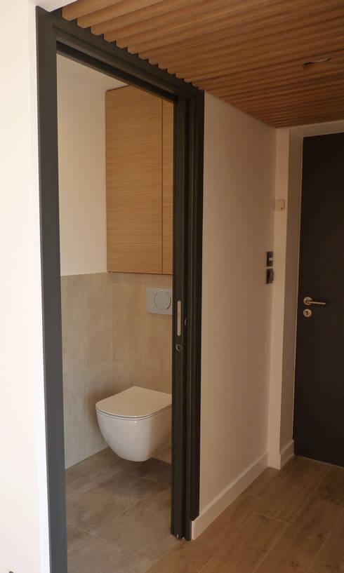 WC: Salle de bains de style  par BRUNO BINI