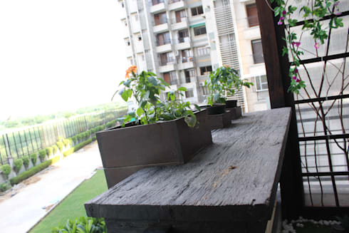 Distressed Wood Counter With Embedded Planters: modern Garden by Grecor