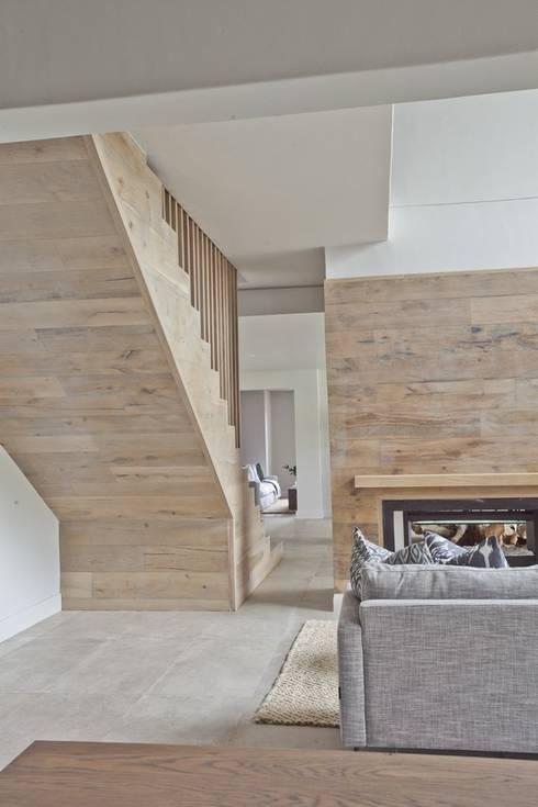 FinOak feature wall: modern Living room by Finfloor