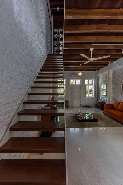 ONAN ROAD SHOPHOUSE:  Corridor, hallway by EZRA Architects