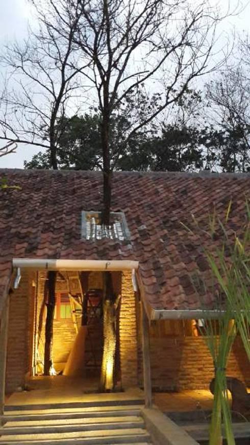 CIBUBUR JULLIE:  Rumah by sony architect studio