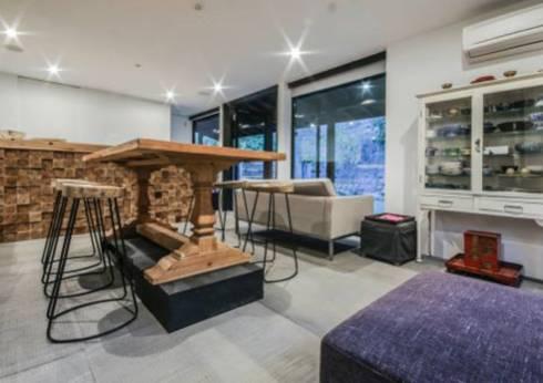 Weekend home: scandinavian Living room by workroom
