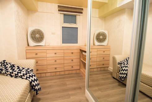 Gateway Garden Heights: modern Dressing room by TG Designing Corner