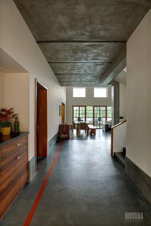 Tropical home 1:  Corridor & hallway by Studio Nirvana