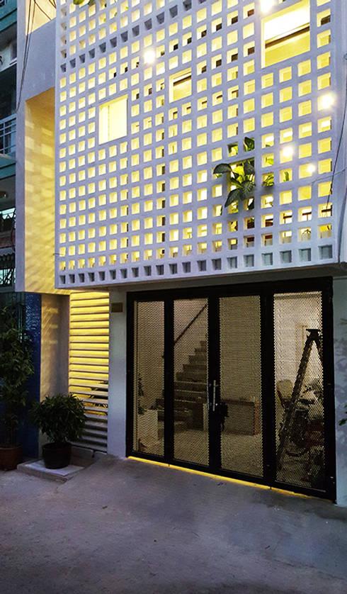 Q10 House:  Cửa trước by Studio8 Architecture & Urban Design