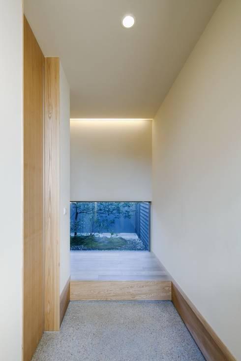 長岡京の家Ⅱ: 吉川弥志設計工房が手掛けた廊下 & 玄関です。