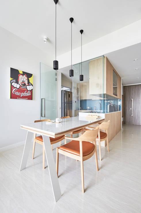 Sky Vue: scandinavian Dining room by Eightytwo Pte Ltd