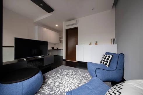 THE PROMENADE @ PELIKAT: minimalistic Living room by Eightytwo Pte Ltd