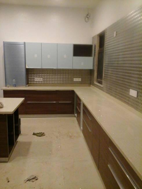 Modular kitchen installed by zenia:  Built-in kitchens by zenia