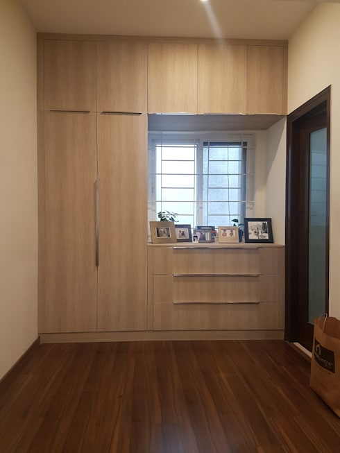 Hinged door wardrobe and TV unit installed by Zenia: modern Bedroom by zenia