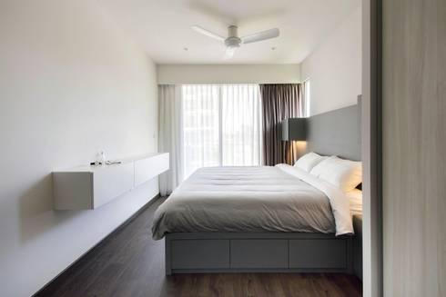 CITYLIFE @ TAMPINES: minimalistic Bedroom by Eightytwo Pte Ltd