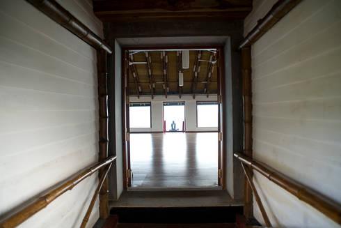 Farmhouse at Panchgani:  Corridor & hallway by Mu design