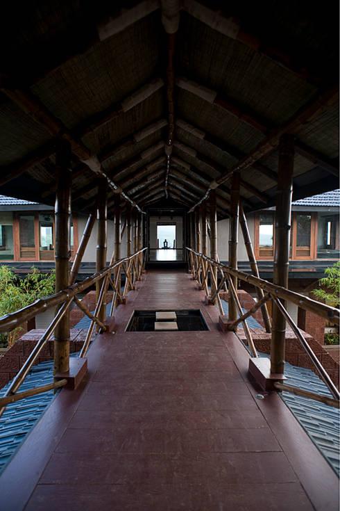 Connecting walkway bridge:  Corridor & hallway by Mu design