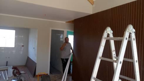 Casa 74 m2 en paneles SIP: Livings de estilo rústico por Casas E Haus