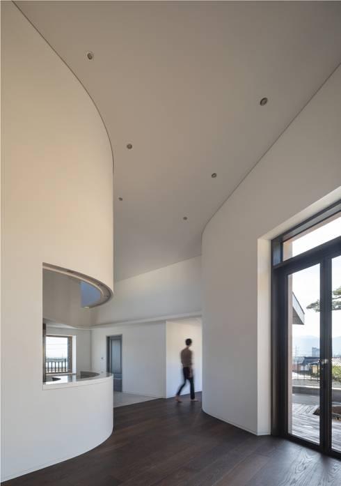 DASA House: 'Snow AIDe의  복도 & 현관
