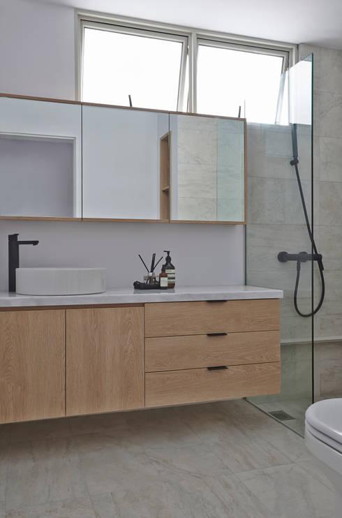 浴室 by Eightytwo Pte Ltd