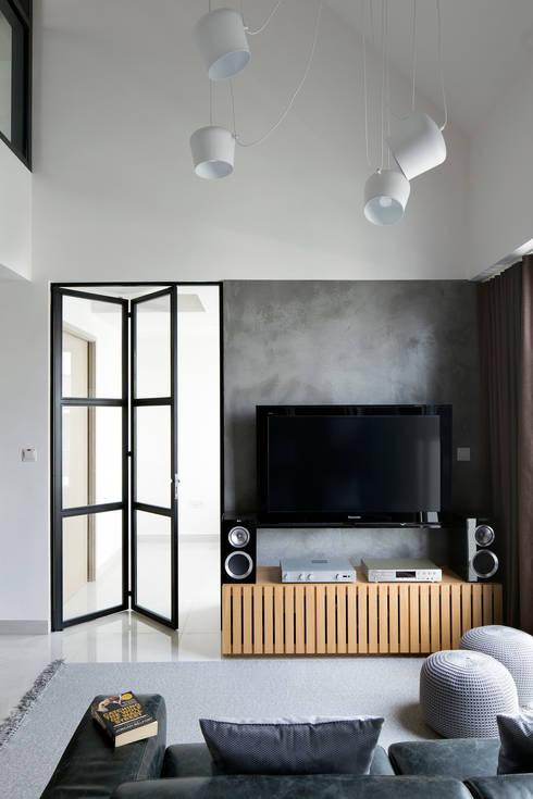 KING ALBERT PARK RESIDENCES: industrial Living room by Eightytwo Pte Ltd