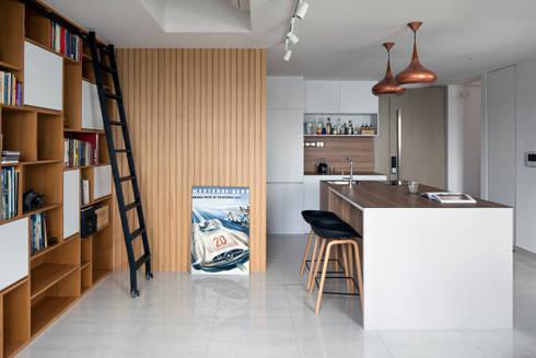 KING ALBERT PARK RESIDENCES: scandinavian Living room by Eightytwo Pte Ltd