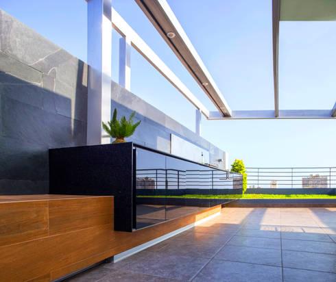 ONE – Bar BBQ: Balcones, porches y terrazas de estilo moderno por Chetecortes
